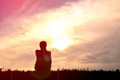 Γυναίκες σκιαγραφιών που παίζουν στο ηλιοβασίλεμα Στοκ εικόνα με δικαίωμα ελεύθερης χρήσης