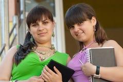 γυναίκες σπουδαστές δύ&omi Στοκ εικόνα με δικαίωμα ελεύθερης χρήσης
