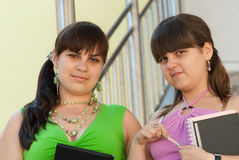 γυναίκες σπουδαστές δύ&omi Στοκ εικόνες με δικαίωμα ελεύθερης χρήσης