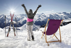 Γυναίκες στα βουνά το χειμώνα με τον ήλιος-αργόσχολο, υψηλά βουνά της Γαλλίας Στοκ εικόνες με δικαίωμα ελεύθερης χρήσης