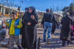 Γυναίκες στα ισλαμικά ενδύματα στις οδούς της πόλης Στοκ Φωτογραφία