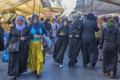 Γυναίκες στα ισλαμικά ενδύματα στις οδούς της πόλης Στοκ εικόνα με δικαίωμα ελεύθερης χρήσης