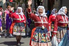 Γυναίκες στα λαϊκά κοστούμια που παρελαύνουν στο φεστιβάλ Sokol στο στρεπτόκοκκο στοκ φωτογραφία