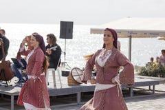 Γυναίκες στα παραδοσιακά κυπριακά κοστούμια στοκ φωτογραφίες