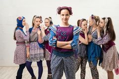 Γυναίκες στα σύγχρονα κοστούμια μόδας που ψιθυρίζουν και που κουβεντιάζουν στοκ φωτογραφία με δικαίωμα ελεύθερης χρήσης