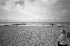 Γυναίκες στην παραλία. Στοκ φωτογραφίες με δικαίωμα ελεύθερης χρήσης