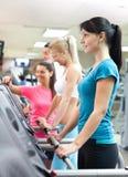 Γυναίκες στη γυμναστική με τον προσωπικό εκπαιδευτή στοκ φωτογραφίες