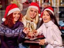 Γυναίκες στη σαμπάνια κατανάλωσης καπέλων santa Στοκ Εικόνες
