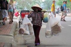 Γυναίκες στο Βιετνάμ που φορά τα παραδοσιακά τριγωνικά καπέλα φοινικών αχύρου Στοκ εικόνες με δικαίωμα ελεύθερης χρήσης