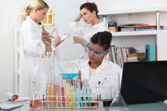 Γυναίκες στο εργαστήριο επιστήμης Στοκ εικόνα με δικαίωμα ελεύθερης χρήσης