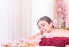 Γυναίκες στο κρεβάτι SPA με τα αντικείμενα SPA Στοκ εικόνες με δικαίωμα ελεύθερης χρήσης