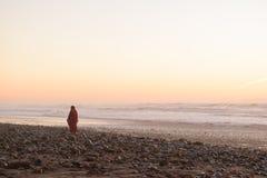Γυναίκες στο κόκκινο φόρεμα σε μια παραλία, Μαρόκο Στοκ Φωτογραφίες