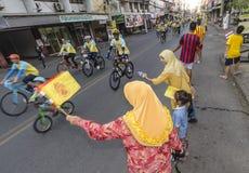 Γυναίκες στο ποδήλατο για τον μπαμπά στοκ φωτογραφία με δικαίωμα ελεύθερης χρήσης