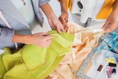 Γυναίκες σχετικά με το κλωστοϋφαντουργικό προϊόν Στοκ Εικόνες