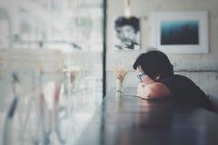 Γυναίκες της Ασίας με τα γυαλιά ματιών στον καφέ καφετεριών στοκ φωτογραφία