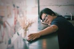 Γυναίκες της Ασίας με τα γυαλιά ματιών στον καφέ καφετεριών στοκ εικόνες με δικαίωμα ελεύθερης χρήσης