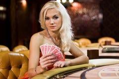 γυναίκες χαρτοπαικτικώ&nu Στοκ εικόνες με δικαίωμα ελεύθερης χρήσης