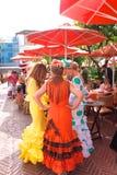 Γυναίκες Flamenco στα φορέματα κατά τη διάρκεια Feria στην Ισπανία Στοκ Εικόνες