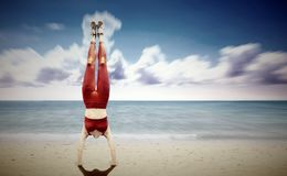 Γυναίκες handstand στην παραλία Στοκ φωτογραφία με δικαίωμα ελεύθερης χρήσης