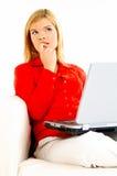 γυναίκες lap-top καναπέδων στοκ εικόνες με δικαίωμα ελεύθερης χρήσης