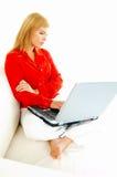 γυναίκες lap-top καναπέδων στοκ φωτογραφίες με δικαίωμα ελεύθερης χρήσης