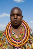 Γυναίκες Maasai που τραγουδούν μαζί τα τελετουργικά τραγούδια στο παραδοσιακό φόρεμα Στοκ Φωτογραφίες