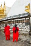 Γυναίκες Nepali που ανάβουν τις ελαιολυχνίες Στοκ εικόνες με δικαίωμα ελεύθερης χρήσης