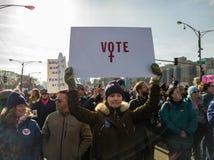 2018 γυναίκες ` s Μάρτιος στο Σικάγο Μια νέα γυναίκα ενθαρρύνει την ψηφοφορία στοκ φωτογραφίες