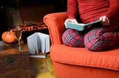 Γυναικεία ανάγνωση από την εστία Στοκ Εικόνες