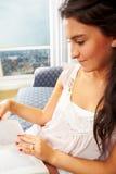γυναικεία ανάγνωση βιβλί&o Στοκ φωτογραφία με δικαίωμα ελεύθερης χρήσης