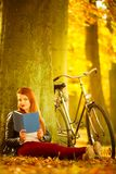 Γυναικεία ανάγνωση κάτω από το δέντρο Στοκ εικόνα με δικαίωμα ελεύθερης χρήσης