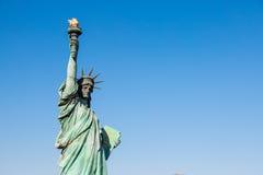 Γυναικεία αντιπαραβαλλόμενη ελευθερία στάση ενάντια στη γέφυρα ουράνιων τόξων στο Τόκιο, Ο Στοκ Εικόνες
