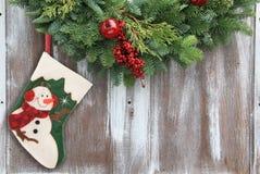 Γυναικεία κάλτσα και γιρλάντα Χριστουγέννων στοκ φωτογραφία με δικαίωμα ελεύθερης χρήσης