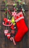 Γυναικεία κάλτσα διακοσμήσεων Χριστουγέννων και χειροποίητες διακοσμήσεις παιχνιδιών στοκ εικόνα