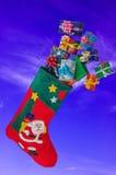 Γυναικεία κάλτσα και δώρα Χριστουγέννων που πετούν στον ουρανό Στοκ φωτογραφίες με δικαίωμα ελεύθερης χρήσης