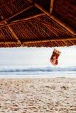 Γυναικεία κάλτσα Χριστουγέννων στην παραλία Στοκ Φωτογραφίες