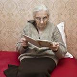 γυναικεία παλαιά ανάγνωση βιβλίων Στοκ φωτογραφίες με δικαίωμα ελεύθερης χρήσης