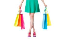 Γυναικεία πόδια ομορφιάς με τα shopbags Στοκ Φωτογραφίες