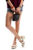 Γυναικεία πόδια στα άσπρα σανδάλια Στοκ Φωτογραφίες