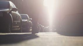 Γυναικεία σκιαγραφία που περπατά μακριά στο φως στην οδό, βέβαια στο μέλλον επιτυχία απόθεμα βίντεο