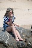 Γυναικεία συνεδρίαση και χαλάρωση στους βράχους θάλασσας Στοκ φωτογραφία με δικαίωμα ελεύθερης χρήσης