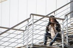 Γυναικεία συνεδρίαση στα εξωτερικά βήματα Στοκ Εικόνα