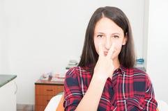 Γυναικεία συνεδρίαση στην καρέκλα οδοντιάτρων που κάνει την προσοχή σας χειρονομία Στοκ Εικόνα