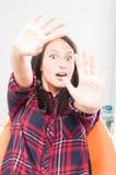 Γυναικεία συνεδρίαση στην καρέκλα οδοντιάτρων που κάνει don& x27 το τ με αγγίζει χειρονομία Στοκ φωτογραφία με δικαίωμα ελεύθερης χρήσης