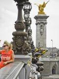 Γυναικεία τοποθέτηση στη γέφυρα Pont Alexandre ΙΙΙ στο Παρίσι στοκ εικόνα με δικαίωμα ελεύθερης χρήσης