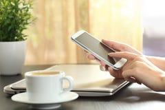 Γυναικεία χέρια σχετικά με ένα έξυπνο τηλέφωνο Στοκ εικόνα με δικαίωμα ελεύθερης χρήσης