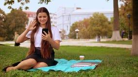 Γυναικεία χρήση app χαμόγελου για την κλήση απόθεμα βίντεο