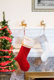Γυναικείες κάλτσες Χριστουγέννων από την πυρκαγιά Στοκ Φωτογραφία