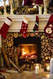 Γυναικείες κάλτσες Χριστουγέννων που κρεμούν από την καπνοδόχο Στοκ Φωτογραφία