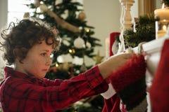 Γυναικείες κάλτσες Χριστουγέννων που κρεμούν από την καπνοδόχο Στοκ φωτογραφία με δικαίωμα ελεύθερης χρήσης